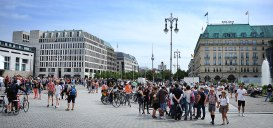Tourists br the Brandenburg Gate